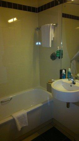 Jurys Inn Sheffield: Bathroom