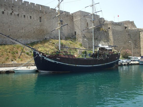 Port de Kyrenia : Fort and ship in harbour.