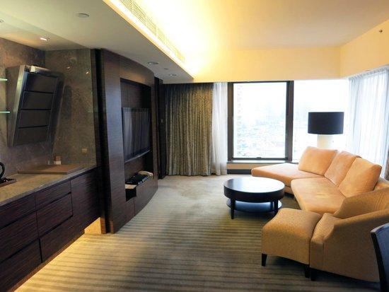 Harbour Grand Hong Kong : 大螢幕電視及舒適的沙發