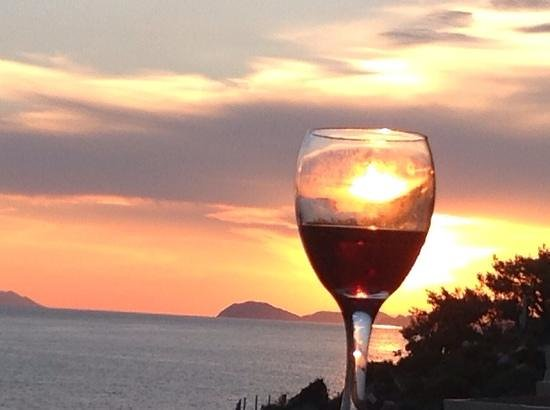 Hotel Croatia Cavtat : tipical balcony sunset...red wine with sky!