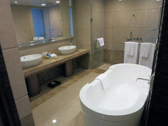Harbour Grand Hong Kong: 寬敞簡約時尚的衛浴空間