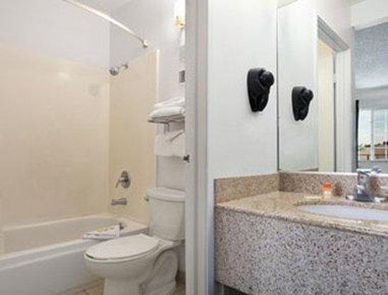Days Inn Turlock : Bathroom