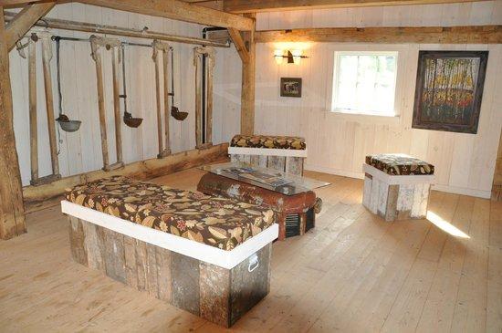 Kingdom Farm Lodge & Vacation Rentals: stalls sitting areacomplete w Massey-Ferguson coffee table w lights that work!