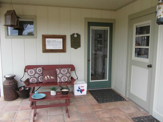 Pecan Creek Cottage and Lodge: Outside porch
