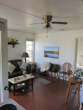 Pecan Creek Cottage and Lodge: Living room