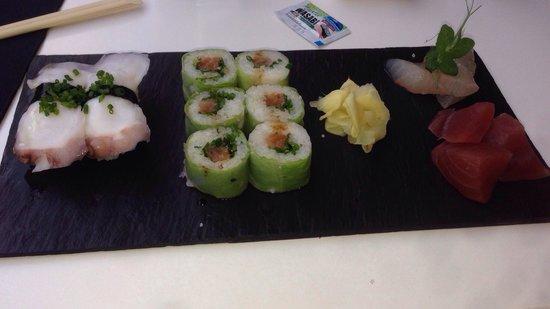 b.sushi: Très bon Sushi ! Explosion de saveur :)  beaucoup de finesse et d'originalité.    Sur place