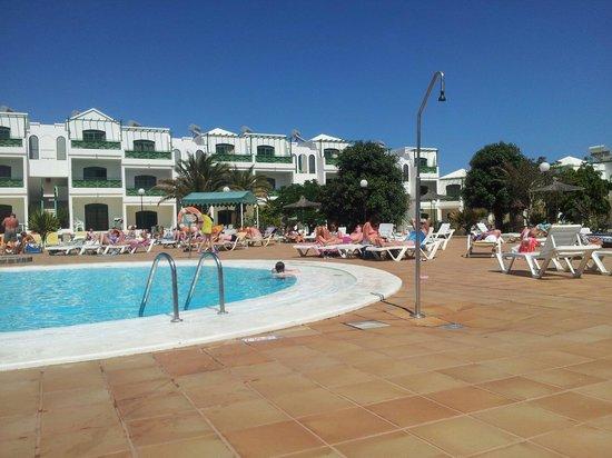 Lanzarote Palm : La piscina sin mucha sombra pero es buena cubre hasta 2.30 m y hay otra para peques de 0.5 m