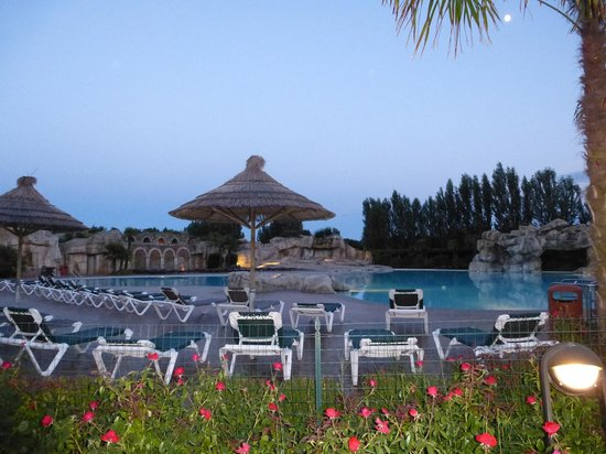 Tahiti Camping & Thermae Bungalow Park: piscina di sera