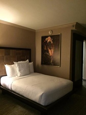 Luxe City Center Hotel : comfortable bed with a picture of Madonna