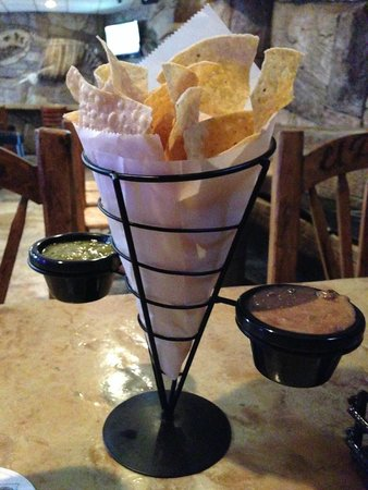 el pargo bar & grill: Chips and salsa