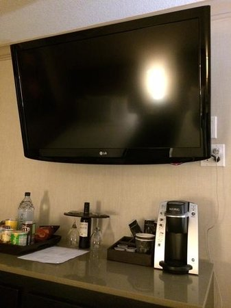 Luxe City Center Hotel : keurig brewing machine for your morning coffee, a plus