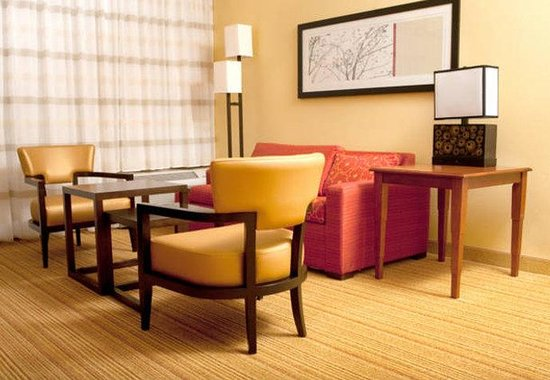 Courtyard by Marriott Norman: Suite Living Area