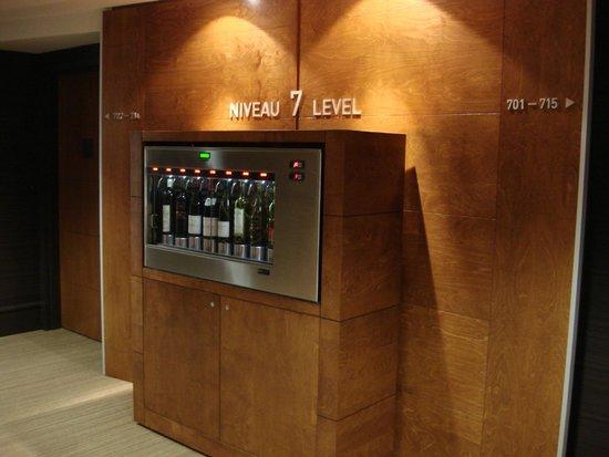 Hotel Chateau Laurier : Bar à vin libre-service