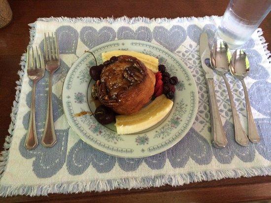 Colonel Spencer Inn: Cinnamon bun for breakfast