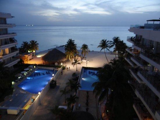 Ixchel Beach Hotel: Evening view