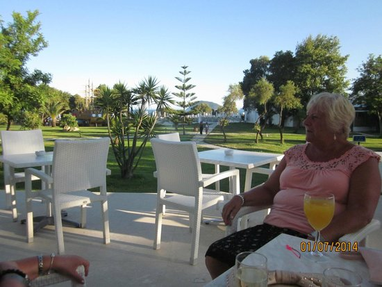 Louis Zante Beach Hotel : Evening Patio