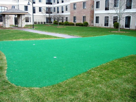 Staybridge Suites Milwaukee West Oconomowoc: Courtyard and Putting Green