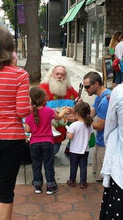 Donut Bar: Santa on vacation in San Diego giving out donuts to the kids....priceless