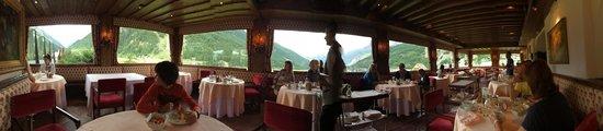 Bellevue Hotel & Spa : panoramica dalla sala da pranzo: a sx il Gran Paradiso e i suoi ghiacciai a dx il Monte Bianco