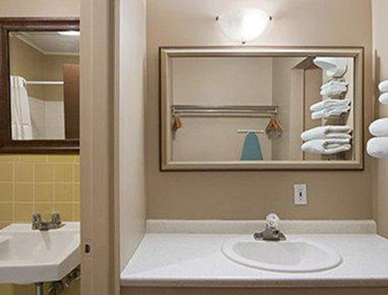 Ridgetown Inn: Bathroom