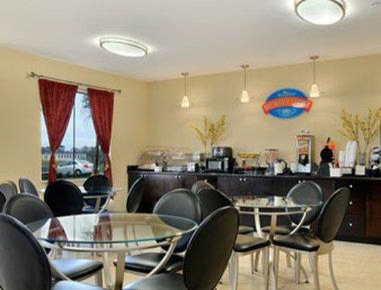 Baymont Inn & Suites Sulphur : Breakfast Area
