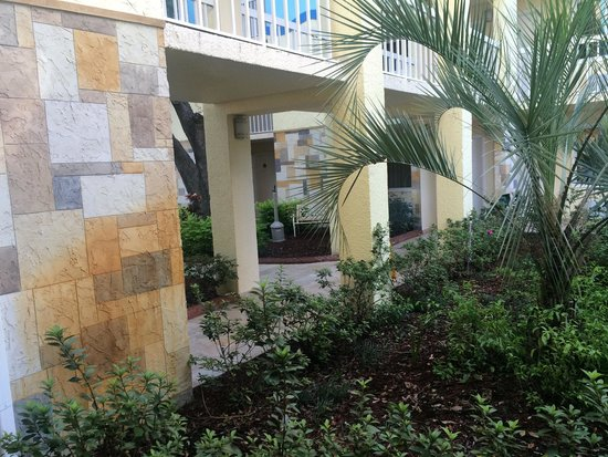 SUNSOL International Drive: Walking to rooms