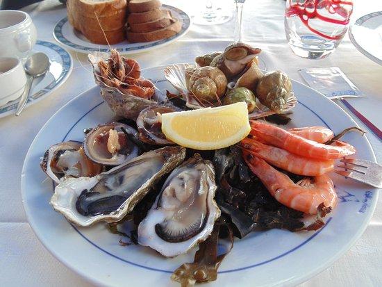 Restaurant Café de Paris : Seafood platter (one oyster already eaten)