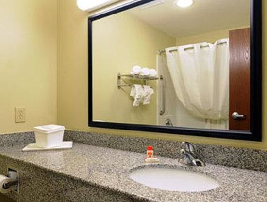 Super 8 Savannah: Bathroom