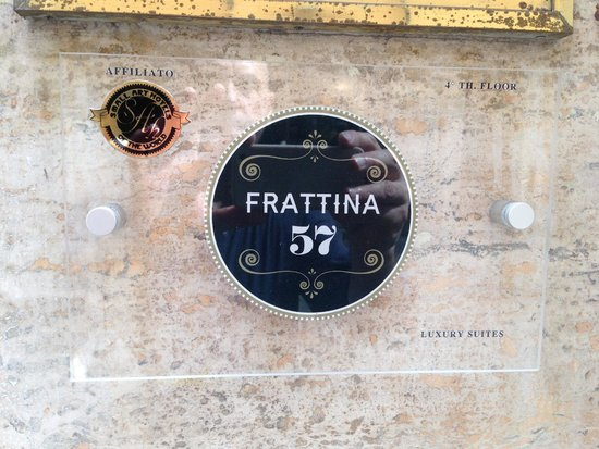 Frattina 57: La targa all'ingresso