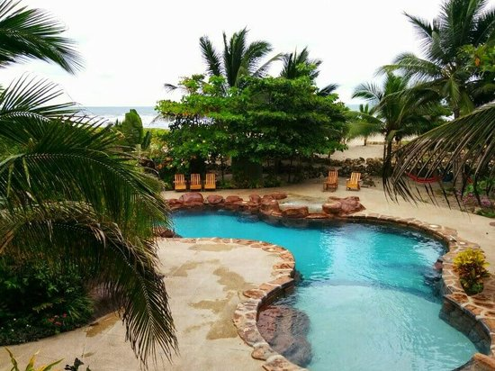 Canoa Beach Hotel: View of the pool with beach in the background