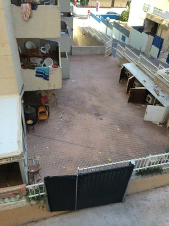 Las Vegas Hotel: View from our room, hotel next door with rotting food
