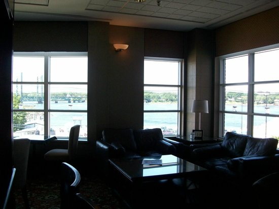 Sheraton Portsmouth Harborside Hotel: 2nd floor lounge overlooking the river
