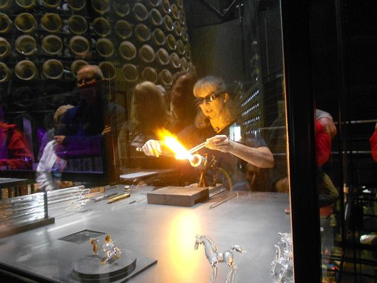 Corning Museum of Glass : glass sculpting demonstration