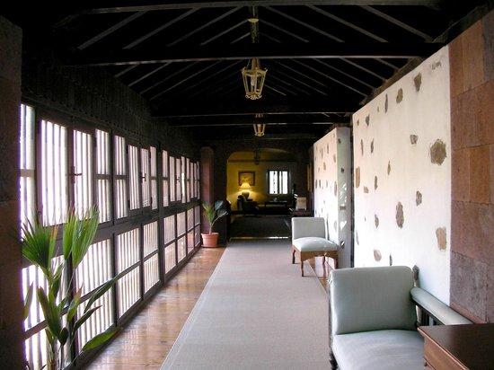 Parador de la Gomera: Gallery leading to our room upstairs