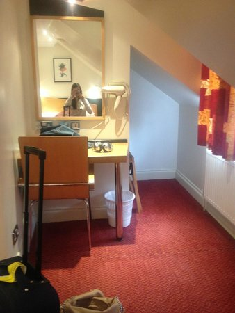 Comfort Inn Buckingham Palace Road : Phon in camera (fronte letto)