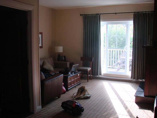 Chateau Beauvallon Mont Tremblant : living room with balcony