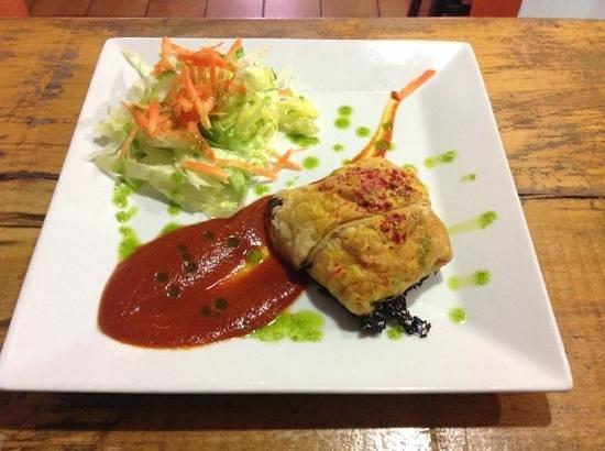Vegetarian El Calafate: Hojaldrito relleno de calabacin, tomate, manzana yqueso de cabra