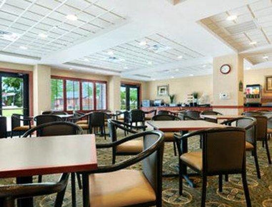 Wingate by Wyndham Lafayette Airport: Breakfast Area