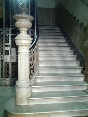 Bed & Art Hostel: scala ingresso palazzo