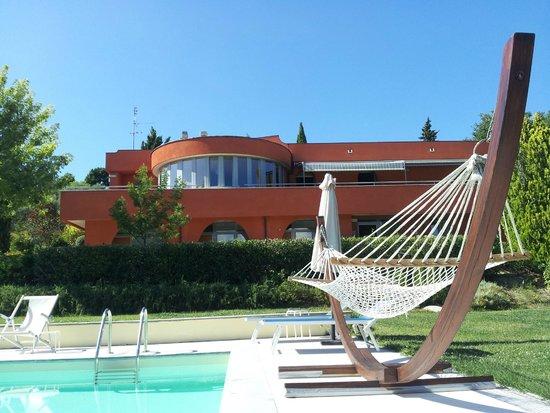 Shanti House: Vista dell'hotel dalla piscina