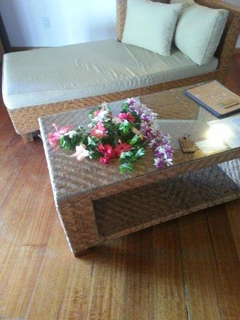 Tamanu Beach: Blomster på bordet da vi kom