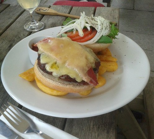 The Hunters Inn: A wee burger snack!
