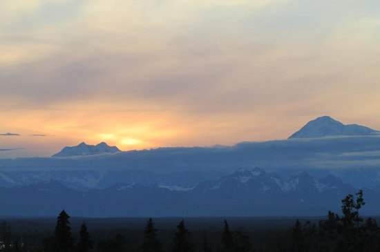Talkeetna Alaskan Lodge: Sunset over Mt. Hunter with Mt. McKinley on right