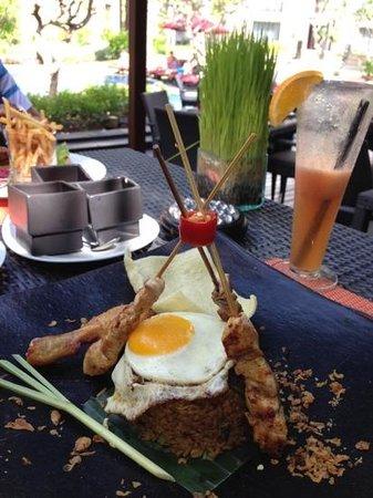 Pullman Bali Legian Nirwana: my nasi goreng ayam by the garden pool