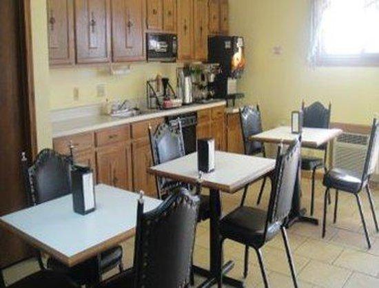 Knights Inn Chanute: Breakfast Area