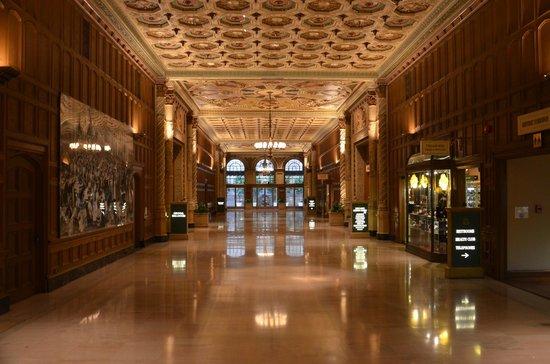 Millennium Biltmore Hotel Los Angeles: ELEGANTES PASILLOS