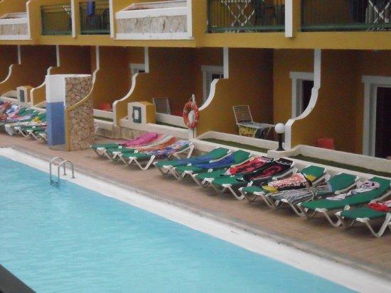 Caleta Garden: reserved sun beds
