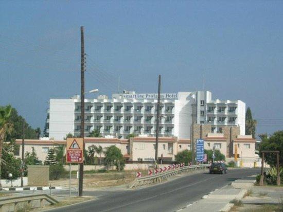 Paschalia Hotel: Вид отеля с дороги