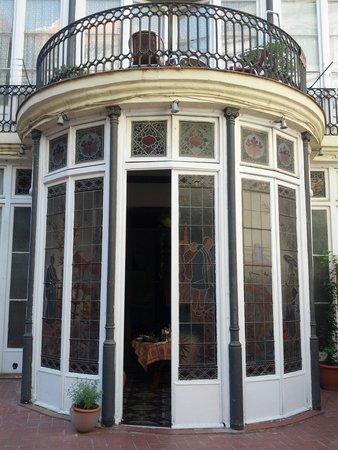 Bed & Art Hostel: esterno vetrata sala colazione