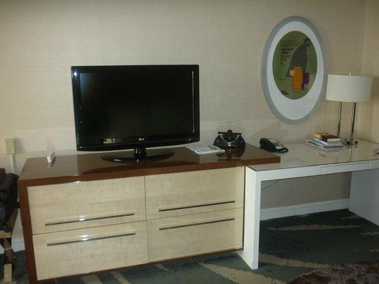 Revere Hotel Boston Common: Zona scrivania/TV